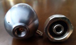 L'adattatore permette di collegare i riduttori di pressione alle bombole ricaricabili. Non serve adattatore per usare le bombole monouso.