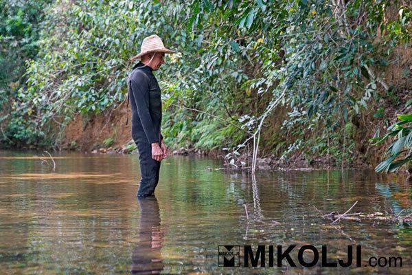 Ivan Mikolji al lavoro in un corso d'acqua